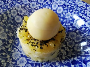 Ensalada malgueña con esfera de ajoblanco de naranja.