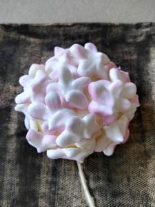 Las flores de merengue están pintadas a mano una a una.
